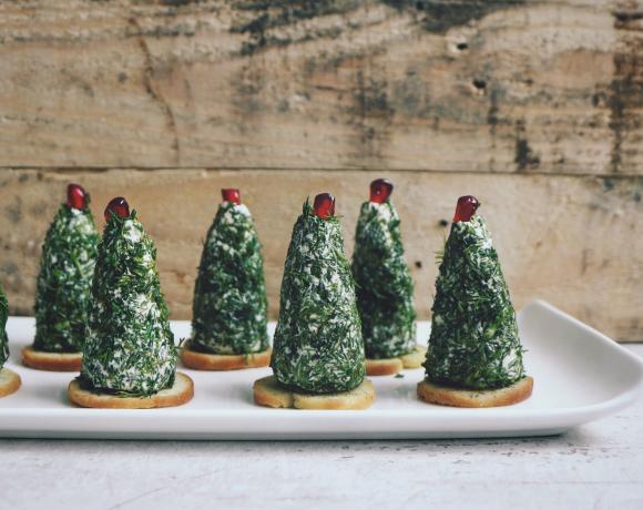 Новогодняя закуска: елочки из феты