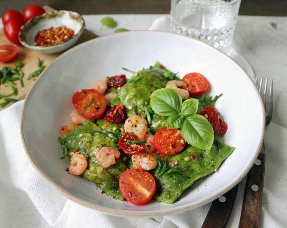 Рецепт: шпинатные равиоли с шампиньонами, креветками и томатами