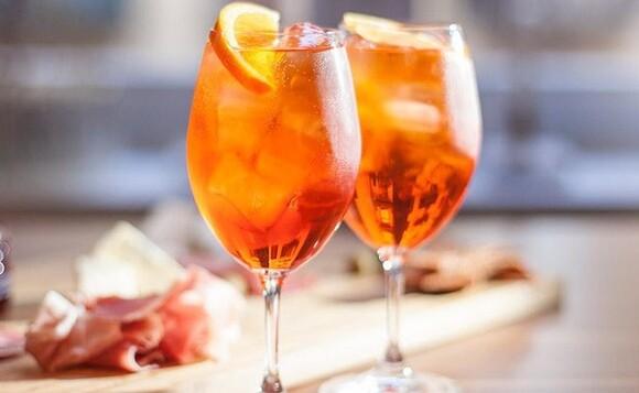 5 вариантов коктейля Апероль Шприц: проводим выходные по-летнему!
