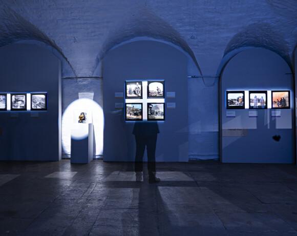 Окно в эпоху: выставка «Цветные осколки империи»