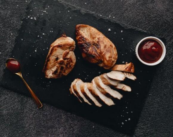 Куриная грудка, запеченная в хумусе