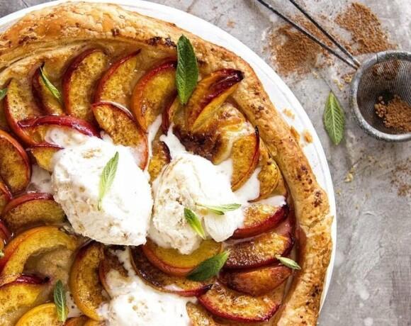 Сезонный пирог с персиками, нектаринами и пломбиром