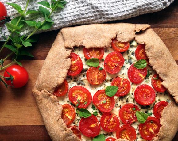 Рецепт: открытый пирог из цельнозерновой муки с томатами