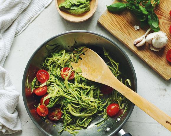 Рецепт: спагетти из цукини с песто и томатами черри