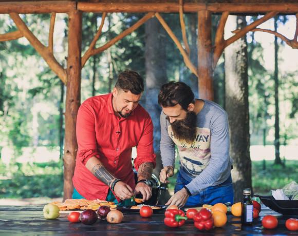Мужская кухня: дикий лосось на кедровой доске с апельсинами
